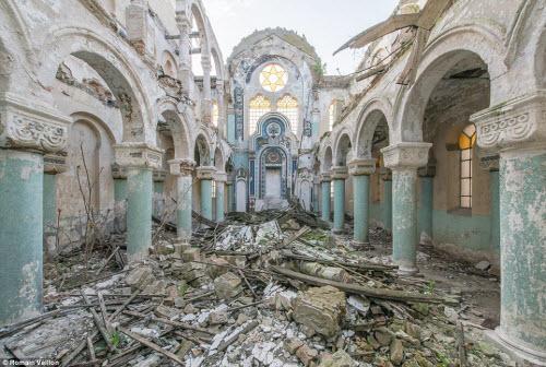 Vẻ đẹp kỳ quái bên trong những tòa nhà bỏ hoang - 5
