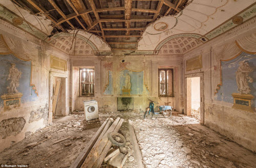 Vẻ đẹp kỳ quái bên trong những tòa nhà bỏ hoang - 8