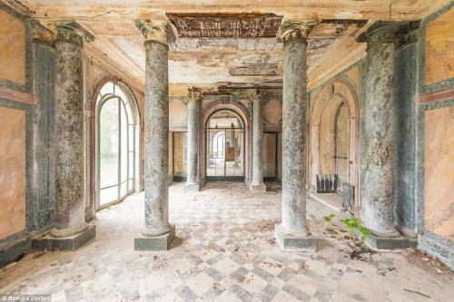Vẻ đẹp kỳ quái bên trong những tòa nhà bỏ hoang - 9