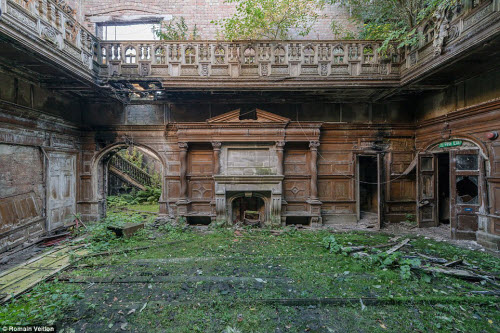 Vẻ đẹp kỳ quái bên trong những tòa nhà bỏ hoang - 10