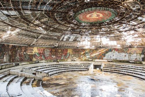 Vẻ đẹp kỳ quái bên trong những tòa nhà bỏ hoang - 13