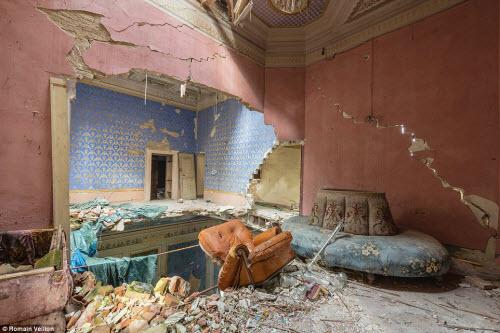 Vẻ đẹp kỳ quái bên trong những tòa nhà bỏ hoang - 14