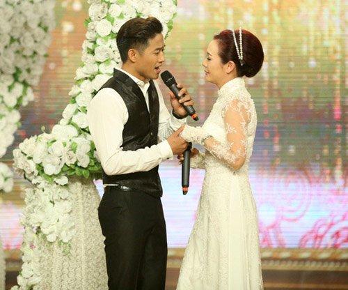 Quý Bình được hôn tới tấp trên sân khấu - 1