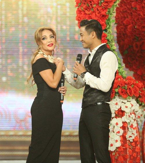 Quý Bình được hôn tới tấp trên sân khấu - 2
