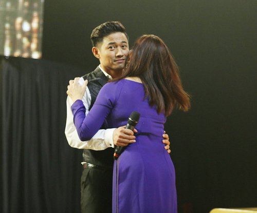 Quý Bình được hôn tới tấp trên sân khấu - 3