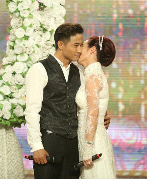 Quý Bình được hôn tới tấp trên sân khấu - 4