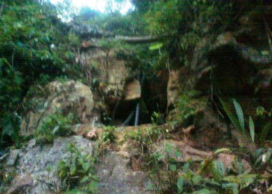 Huy động 40 người giải cứu 3 phu vàng kẹt dưới hang sâu - 1