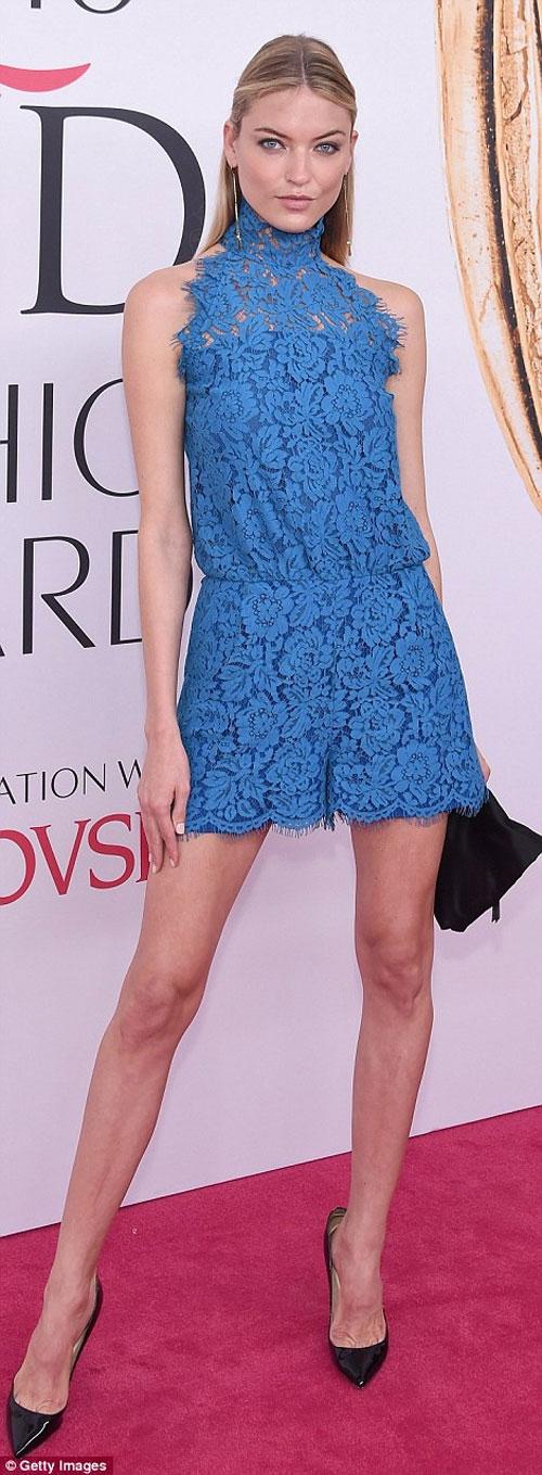 Irina Shayk quá gợi cảm với áo khoét rộng - 11