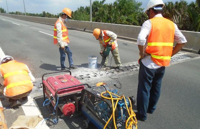 Ô tô nổ lốp vì khe hở trên cao tốc TPHCM - Long Thành - Dầu Giây - 3