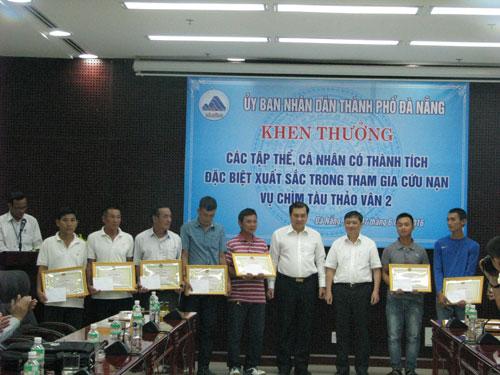 Chìm tàu sông Hàn: Khen thưởng những người hùng cứu nạn - 1