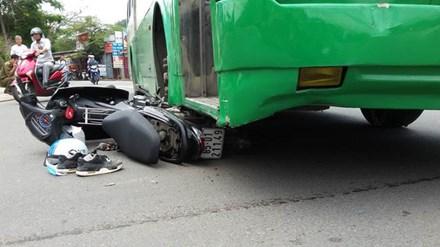 Nam sinh viên bị xe buýt cuốn vào gầm, kéo lê trên đường - 1