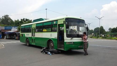 Nam sinh viên bị xe buýt cuốn vào gầm, kéo lê trên đường - 2