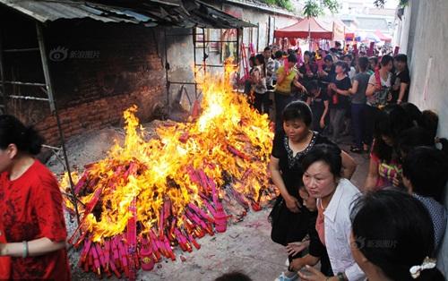 Phụ huynh TQ đốt hàng tấn hương để cầu con thi đỗ ĐH - 2