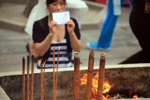 Phụ huynh TQ đốt hàng tấn hương để cầu con thi đỗ ĐH - 4