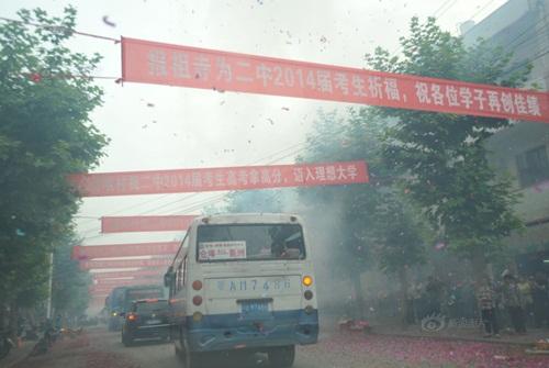 Phụ huynh TQ đốt hàng tấn hương để cầu con thi đỗ ĐH - 9