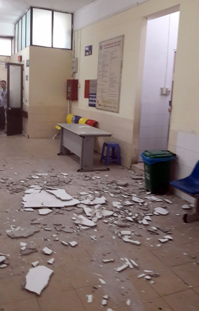 Vữa trần rơi trúng đầu 2 mẹ con đi khám tại BV Nhi TƯ - 1