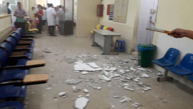 Vữa trần rơi trúng đầu 2 mẹ con đi khám tại BV Nhi TƯ - 2