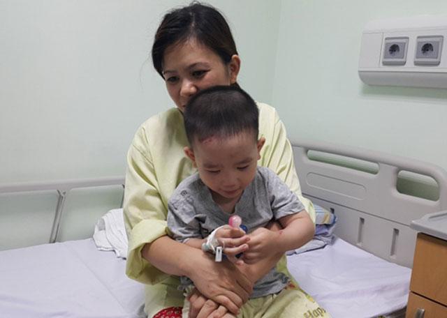 Vữa trần rơi trúng đầu 2 mẹ con đi khám tại BV Nhi TƯ - 3
