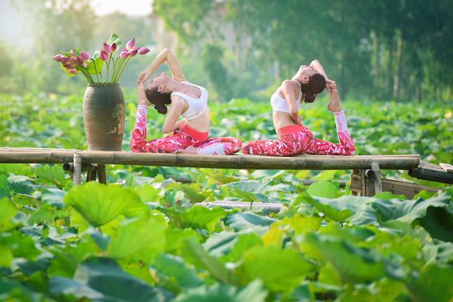 Chị Thu Phương và Thu Trang (36 tuổi) vừa thực hiện một bộ ảnh ấn tượng bên hồ sen. & nbsp;