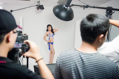 """Hậu trường chụp bikini rất """"nóng"""" của Hoa hậu VN 2016 - 6"""