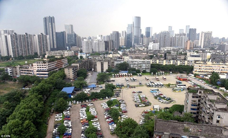 Kỳ lạ nơi hàng trăm siêu xe bị chủ bỏ rơi ở Trung Quốc - 2