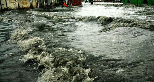 Sóng cuồn cuộn trên phố Sài Gòn sau cơn mưa 20 phút - 2
