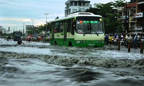 Sóng cuồn cuộn trên phố Sài Gòn sau cơn mưa 20 phút - 1