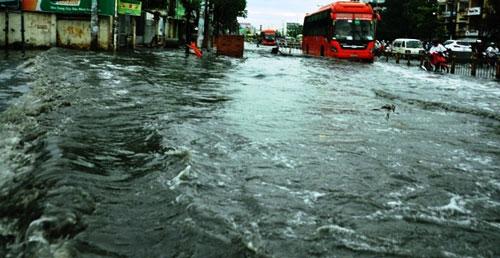 Sóng cuồn cuộn trên phố Sài Gòn sau cơn mưa 20 phút - 3