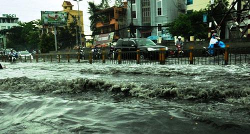 Sóng cuồn cuộn trên phố Sài Gòn sau cơn mưa 20 phút - 4
