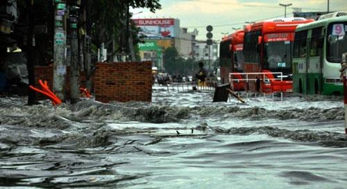 Sóng cuồn cuộn trên phố Sài Gòn sau cơn mưa 20 phút - 5