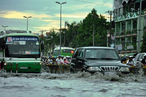 Sóng cuồn cuộn trên phố Sài Gòn sau cơn mưa 20 phút - 6