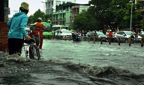 Sóng cuồn cuộn trên phố Sài Gòn sau cơn mưa 20 phút - 9