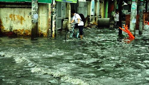 Sóng cuồn cuộn trên phố Sài Gòn sau cơn mưa 20 phút - 10