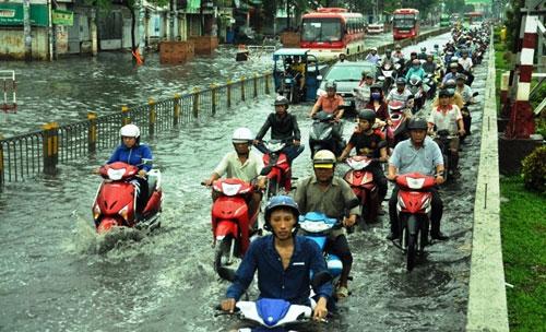 Sóng cuồn cuộn trên phố Sài Gòn sau cơn mưa 20 phút - 11