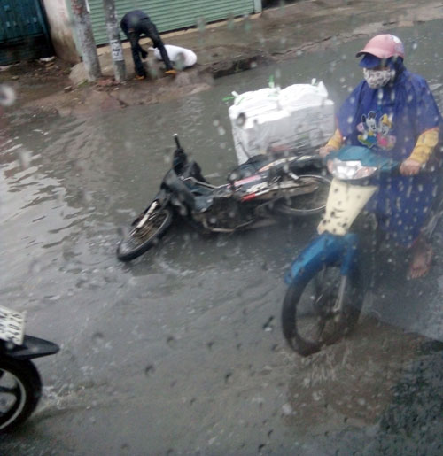 Sóng cuồn cuộn trên phố Sài Gòn sau cơn mưa 20 phút - 12