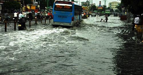 Sóng cuồn cuộn trên phố Sài Gòn sau cơn mưa 20 phút - 13
