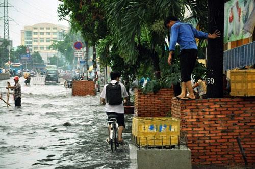 Sóng cuồn cuộn trên phố Sài Gòn sau cơn mưa 20 phút - 7
