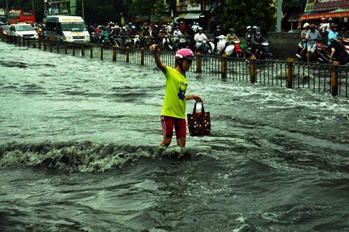 Sóng cuồn cuộn trên phố Sài Gòn sau cơn mưa 20 phút - 8