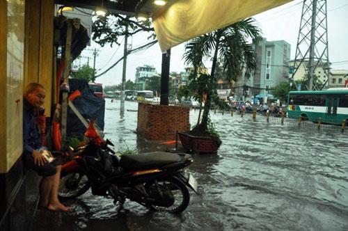 Sóng cuồn cuộn trên phố Sài Gòn sau cơn mưa 20 phút - 14