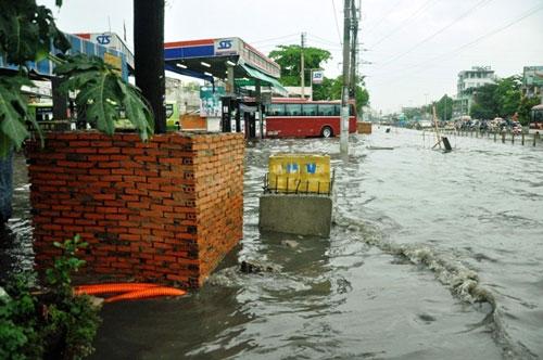 Sóng cuồn cuộn trên phố Sài Gòn sau cơn mưa 20 phút - 15