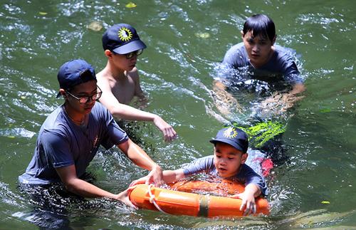 Xem lính cứu hỏa nhí luyện tập cứu người đuối nước - 1