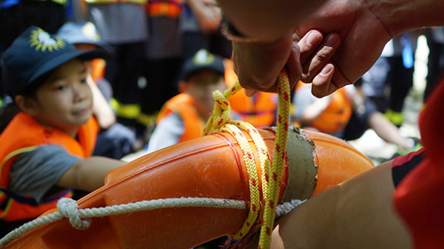 Xem lính cứu hỏa nhí luyện tập cứu người đuối nước - 5