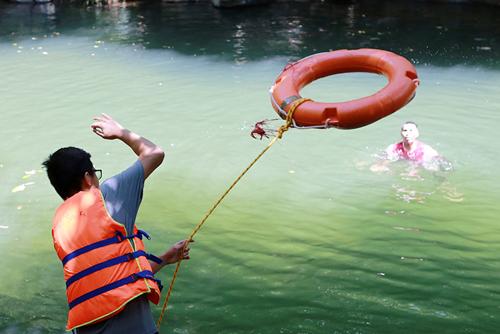 Xem lính cứu hỏa nhí luyện tập cứu người đuối nước - 6