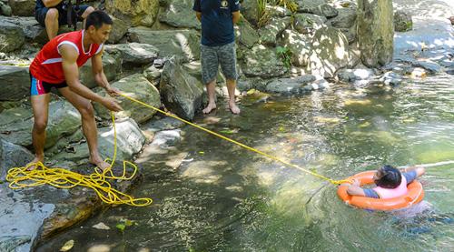 Xem lính cứu hỏa nhí luyện tập cứu người đuối nước - 10