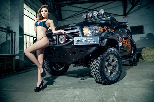 Chân dài với vẻ đẹp đầy thách thức bên chiếc xe bán tải cỡ lớn của Toyota