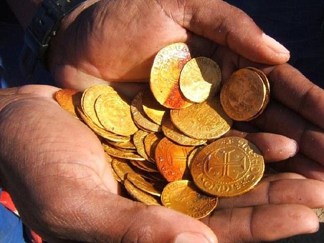 Tàu đắm 500 năm chở đầy vàng được khai quật ở Namibia - 1