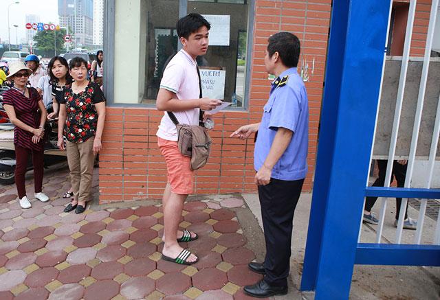 Thi lớp 10: Không được vào phòng thi, thí sinh phải về thay quần - 4