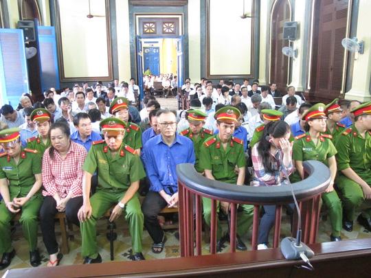 Đang xét xử 30 cán bộ hải quan trong đại án kinh tế - 1