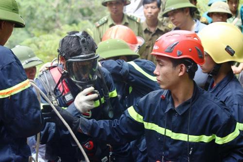 Ảnh: Toàn cảnh cứu hộ 3 phu vàng kẹt dưới hang Kịt - 4
