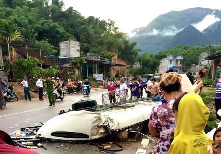 """Cận cảnh xe khách bị """"thổi"""" bay nóc tại Thanh Hóa - 4"""